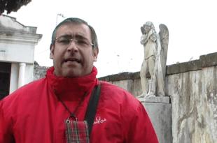 Gennaro Savio davanti alla statua di Francesco Nasti