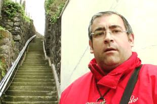 Gennaro Savio mostra la distesa di scalini che porta alla casa della signora Concetta