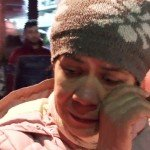 Elisabeth si asciuga le lacrime